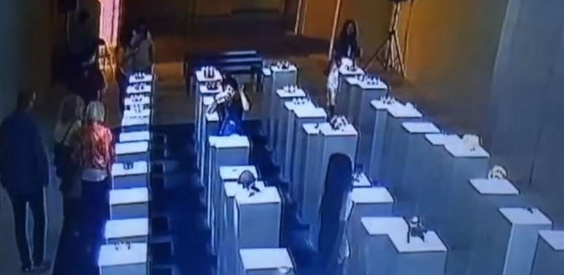 O femeie a distrus artă în valoare de 200.000 de dolari pentru un selfie (Video)