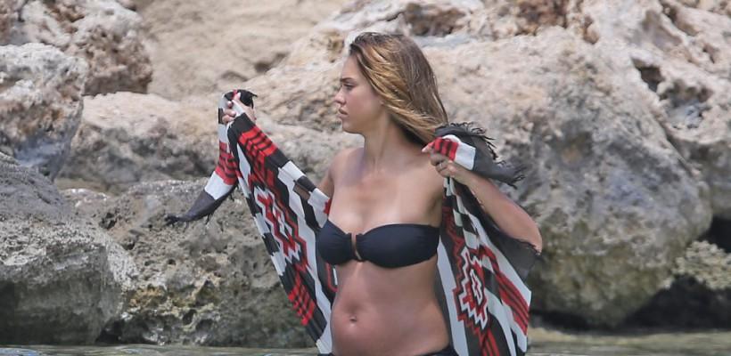 Jessica Alba, în primele imagini cu burtică! Actrița petrece timpul la plajă
