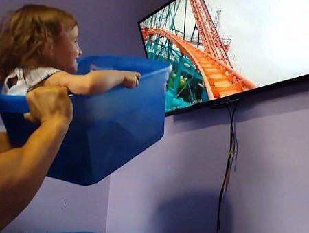 O idee genială: Ce face un părinte dacă n-are bani ca să-şi ducă fetiţa la Disneyland (Video)
