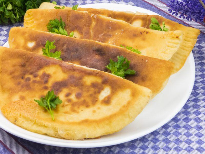 Plăcinte cu cașcaval, perfecte pentru prânzurile în familie! Se prepară în mai puțin de o oră