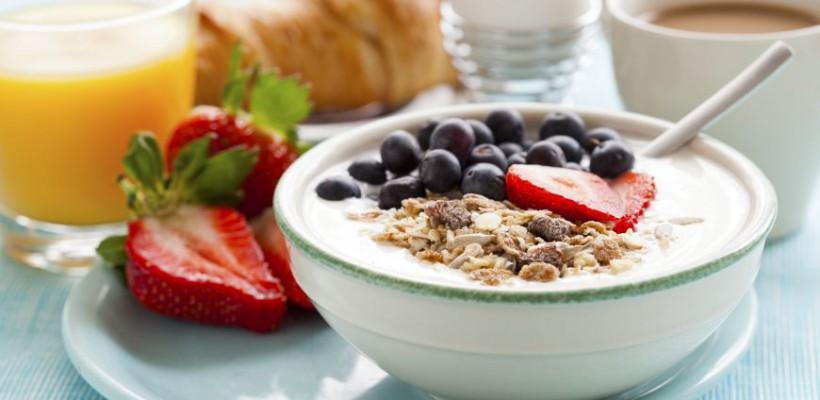 Nu sări peste micul dejun! Iată 5 gustări pentru masa de dimineață care te vor ajuta să slăbești