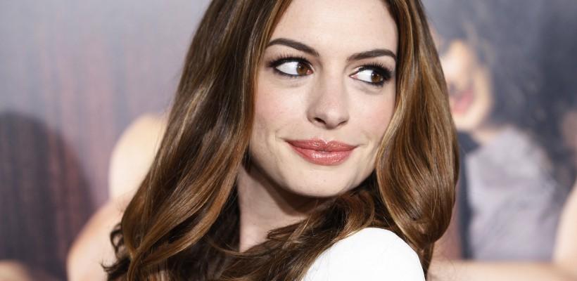 Actrița Anne Hathaway a devenit victima hackerilor. Pe internet circulă poze nud cu ea și soțul ei