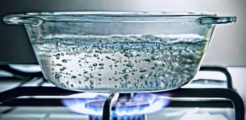 Apa fiartă în mod repetat devine periculoasă pentru organism! Iată de ce