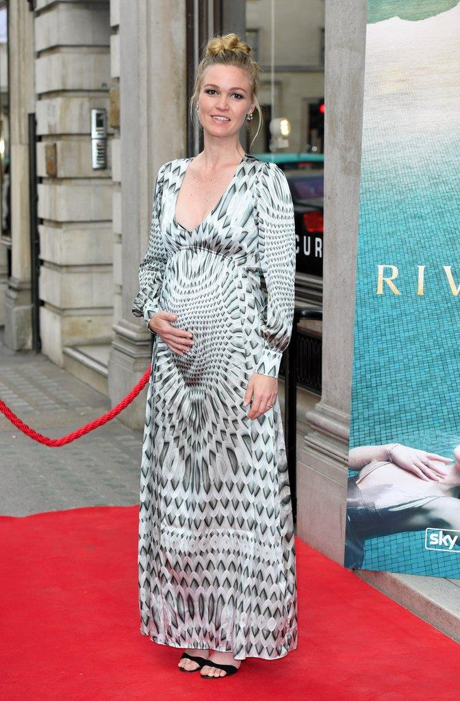 Julia-Stiles-Pregnant-First-Child