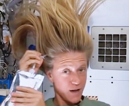 O astronaută le arată curioșilor cum își spală părul la bordul Stației Spațiale Internaționale (VIDEO)