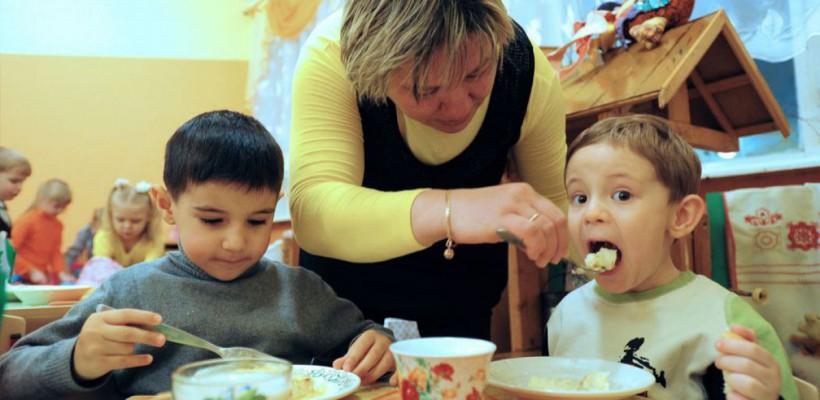 Un copil mănâncă la grădiniță de 23 de lei pe zi. Meniu est plin de crupe, paste și patiserie!