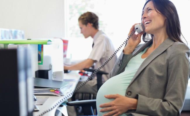 Angajatorul este obligat, la cerere, să le ofere gravidelor ziua sau săptămâna de muncă parțială. Vezi schimbările din Codul Muncii
