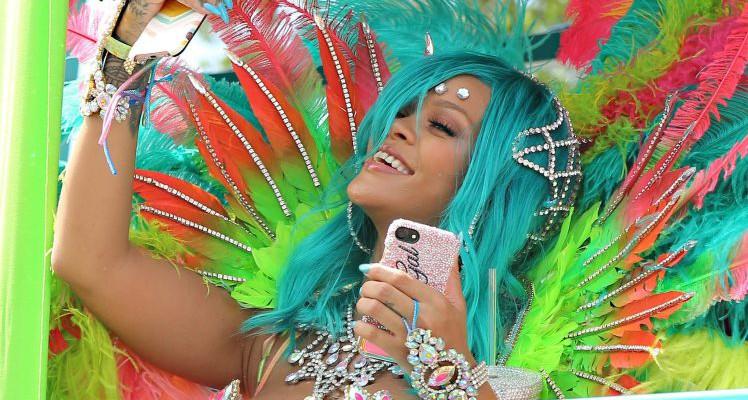 Rihanna, aproape dezbrăcată la Carnavalul din Barbados (Foto)