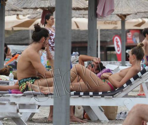 Alexandra Stan este o vedeta care nu are inhibitii. Alexandra este fana topless insa este adevarat ca nu face plaja in zona de fite din Mamaia ci pe plaja constantenilor de rand ,La Trei Papuci. Insotita de iubit si de o prietena,Aexandra a inebunit partea masculina aflata pe plaja cu pozitiile pe care le aborda cu iubitul,ba cu picioarele pe sus,ba in pozitia catelusului infometat.Aceasta s-a harjonit si in apa cu iubitul cu patratele si a stat mai mult de 4 ore la plaja. cezar.preda-Iulie-31.07.2017