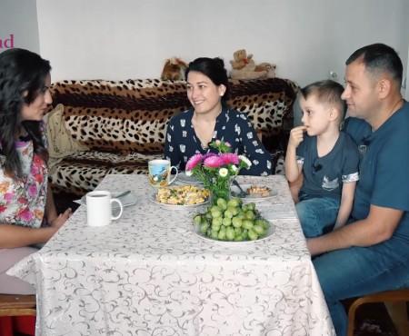"""Dejun în Familia Zâmbărele: """"E timpul să îi arătăm copilului că tradițiile încep de acasă"""" (Video)"""