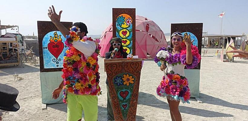 O moldoveancă și un indian s-au căsătorit în deșertul Black Rock din Nevada, în haine cu flori și ochelari subacvatici pe nas