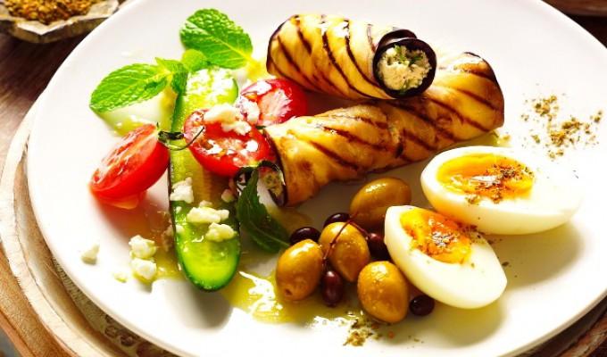 Un altfel de mic dejun! Vezi cum se prepară rulourile de vinete cu ouă și salată de roșii