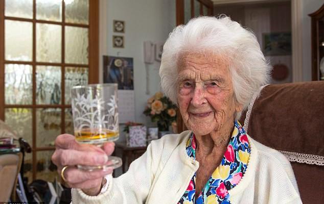 O femeie în vârstă de 111 ani are cinci dulapuri cu haine și bea în fiecare seară…whisky