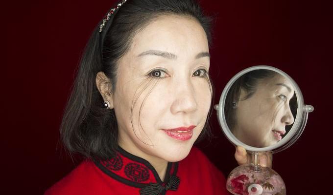 O femeie din China are cele mai lungi gene de pe planetă! Vezi cât măsoară firele de păr