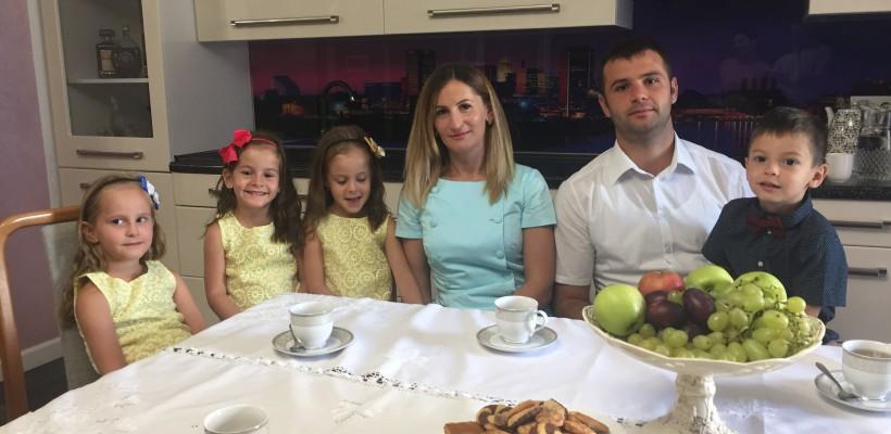 """Dejun într-o familie de cvadrupleți: """"Luăm mesele doar împreună. Dacă am avea doar un copil sau doi, ne-am plictisi"""""""