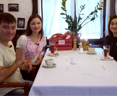 Dejunul în familia interpreților Costi Burlacu și Corina Țepeș: cine mestecă mămăliga și cine îl delectează pe tati cu deserturi făcute acasă? (Video)