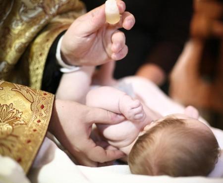 Un bebeluș de numai doua luni din Iași a decedat în timpul botezului
