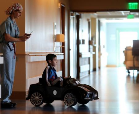 Pacienții unui spital din SUA merg în sala de operații cu mașina