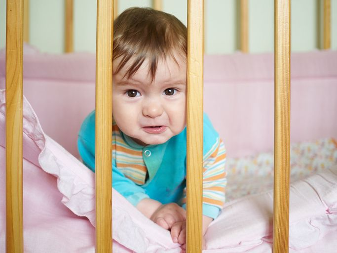 Copilul NU trebuie izolat în pătuț și nici hrănit la ore fixe! Află motivul