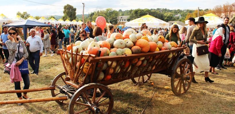 """Zeci de agricultori au """"invadat"""" satul Lozova, Strășeni cu bostani de toate dimensiunile"""