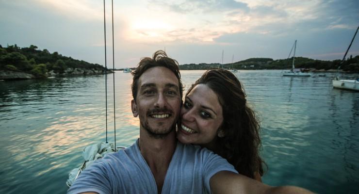 Un cuplu a renunțat la munca de birou și a pornit într-o călătorie în jurul lumii. Spală veceuri ca să facă bani de cheltuială