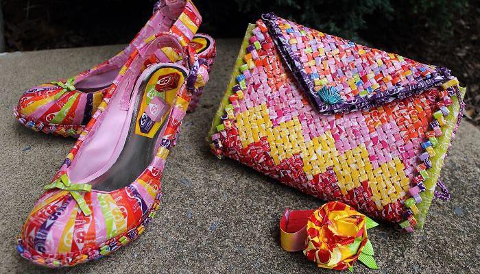 O tânără a confecționat o poșetă și o pereche de pantofi din…ambalaje pentru bomboane