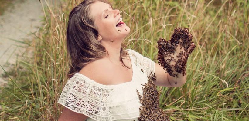 O apicultoare însărcinată s-a lăsat acoperită de peste 20 mii de albine