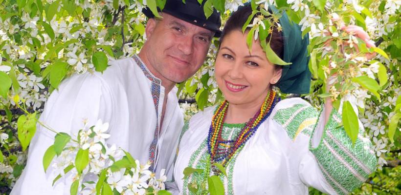 """O interpretă de la noi a venit cu un dar de nuntă atipic pentru nași: """"Le-am dăruit costume tradiționale. Și nu la masa mare, ci  înainte de nuntă"""""""