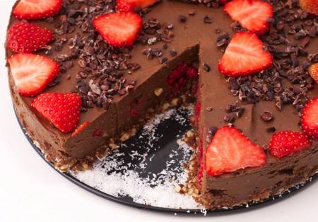 Tort raw vegan cu ciocolată – perfect pentru pofticioși!