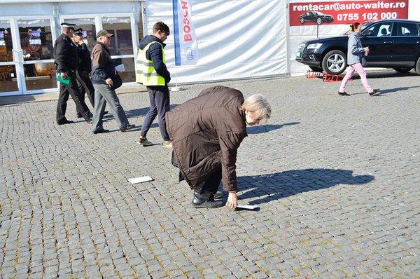 Clujenii au găsit, ieri, 3.000 de pachete cu cărţi pe bănci, pe maşini, pe trotuare, pe borduri
