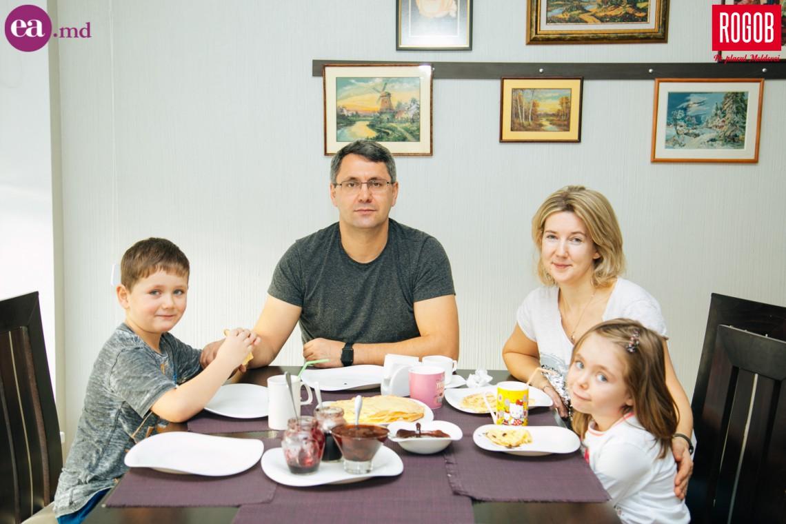 Dejun în Familia Baciu. Cei doi gemeni au preferințe culinare total diferite, însă pe toți îi unește cina în familie (Foto)