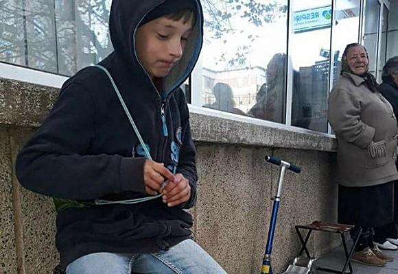 Un băiețel de 10 ani din România își vinde jucăriile ca să își cumpere haine de iarnă