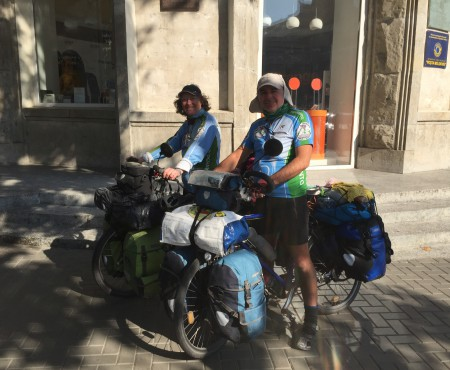 Un cuplu din Franța a străbătut 10 mii de km pe bicicletă și a ajuns la Chișinău. Află impresiile lor despre noi