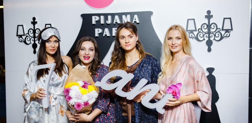 Poze oficiale de la Aniversarea în Pijamale! Vezi ce ținute au ales invitatele (Foto)
