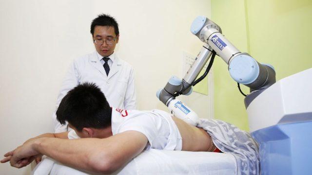 Faceți cunoștință cu primul robot care face masaj, pus deja în funcțiune în Singapore. Se numește Emma