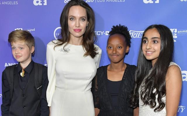"""Angelina Jolie, alături de fiicele sale, la premiera filmului de animație """"The Breadwinner"""""""