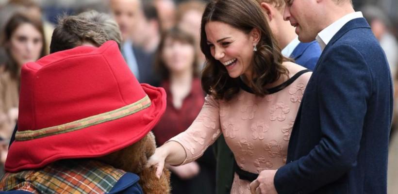 Kate Middleton, însărcinată cu al treilea copil, se simte mult mai bine. A dansat, ieri, cu un ursuleț