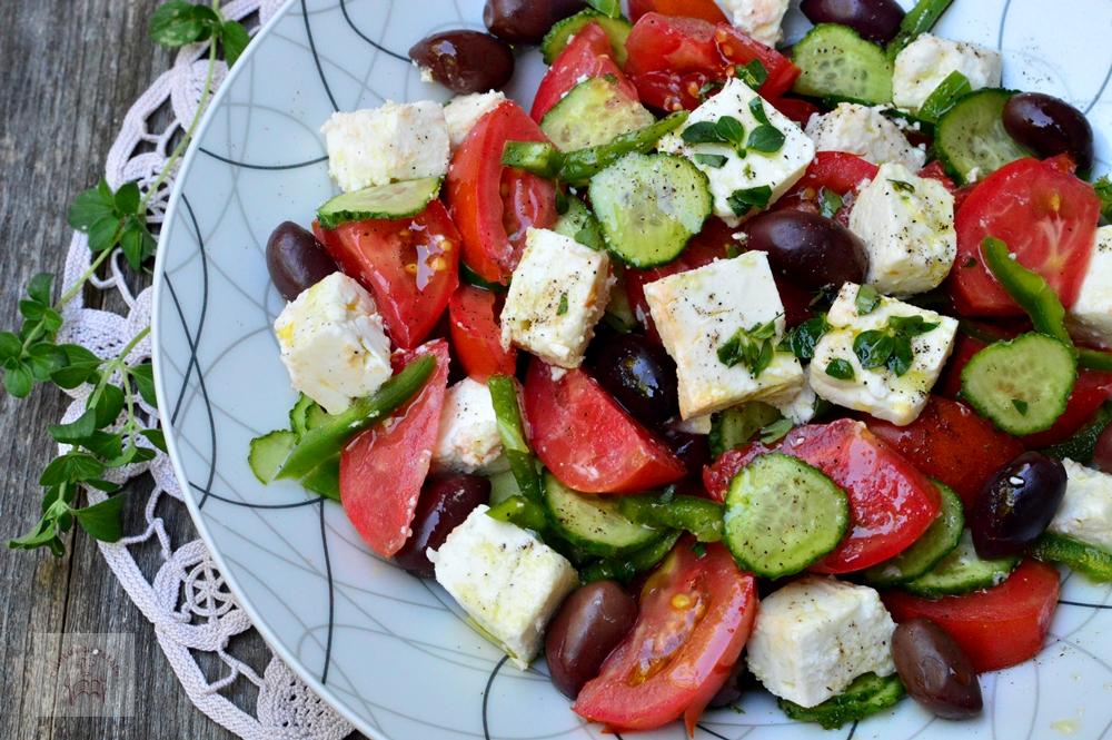 Salată grecească – o rețetă plină de savoare și gust! Iată cum se gătește