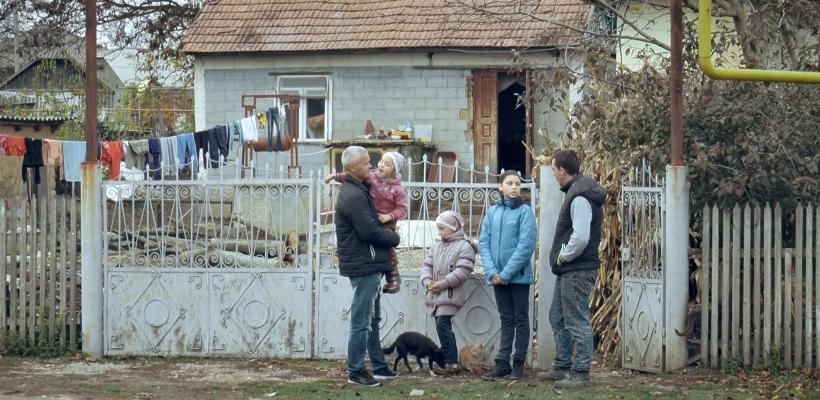 """VIDEO. Un tată care crește singur trei fiice, eroul campaniei sociale """"Omenie-n sărăcie"""""""