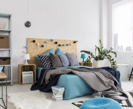 6 lucruri pe care orice femeie stilată trebuie să le aibă în dormitor! Florile și cărțile sunt doar câteva dintre ele