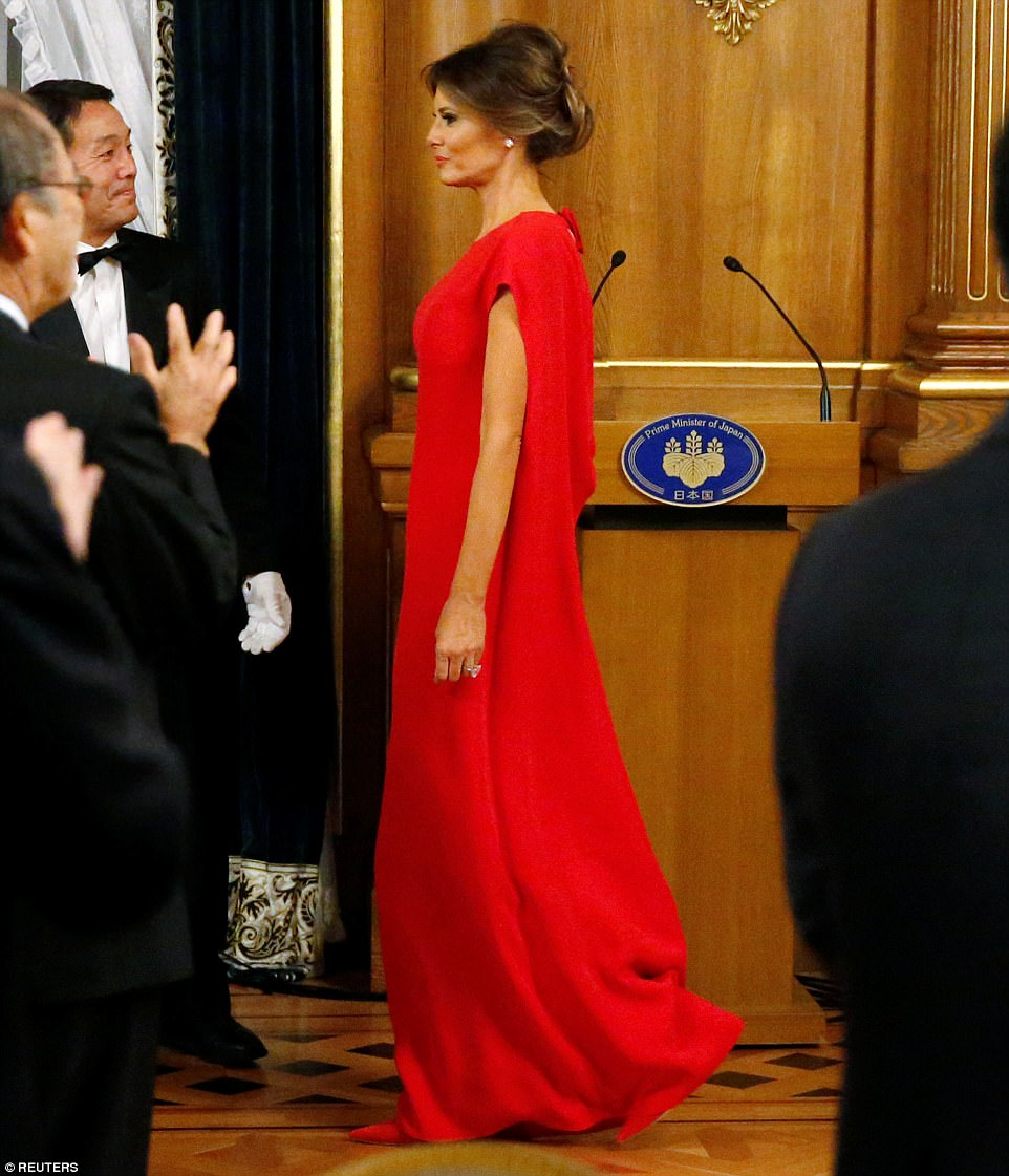 4612C76200000578-5054517-Official_Melania_Trump_cut_a_glamorous_silhouette_as_she_joined_-m-57_1509991622339
