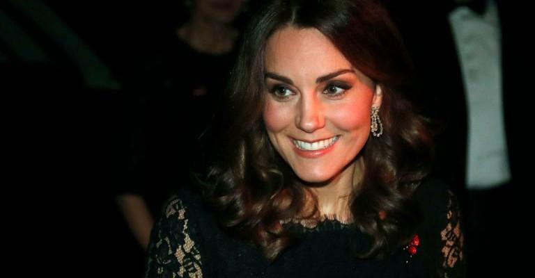 Kate Middleton – elegantă și rafinată la o gală caritabilă! Burtica ei de gravidă prinde contur (Foto)