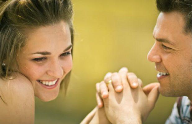 Cele mai importante 7 lucruri pe care un bărbat le caută prima dată la o femeie