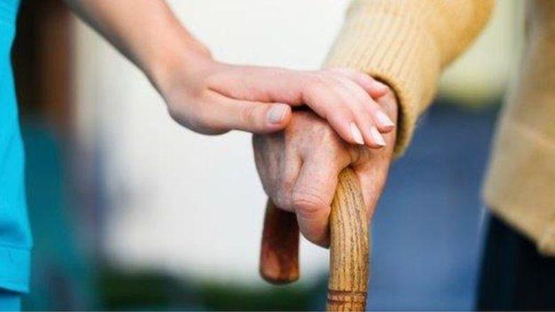 Doi bătrâni singuri și invalizi au nevoie de ajutor. Un grup de tineri a făcut lista nevoilor (Video)