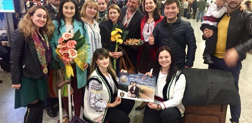 Moldovenii din Portugalia au cântat la unison cu interpreții Costi Burlacu și Corina Țepeș (Video)