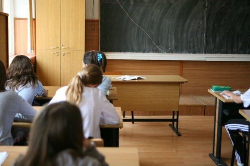 O profesoară din România a tuns doi elevi la ora diriginției! Află care este motivul