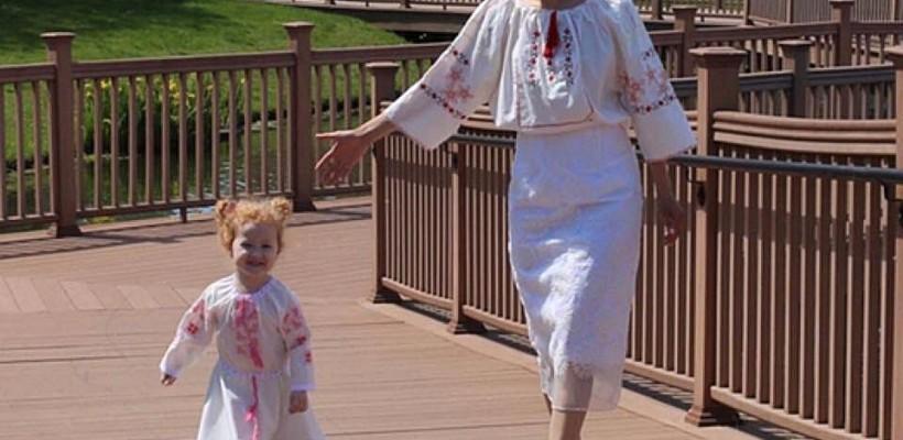 Elena Zghibarța le alină dorul de casă moldovenilor din SUA cu ajutorul păpușilor și prosoapelor pe care le confecționează