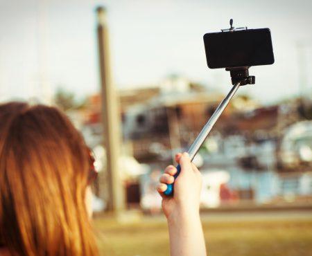 Tu câte poze îți faci într-o zi? Selfita, boala celor care simt mereu nevoia să publice fotografii cu propria persoană!