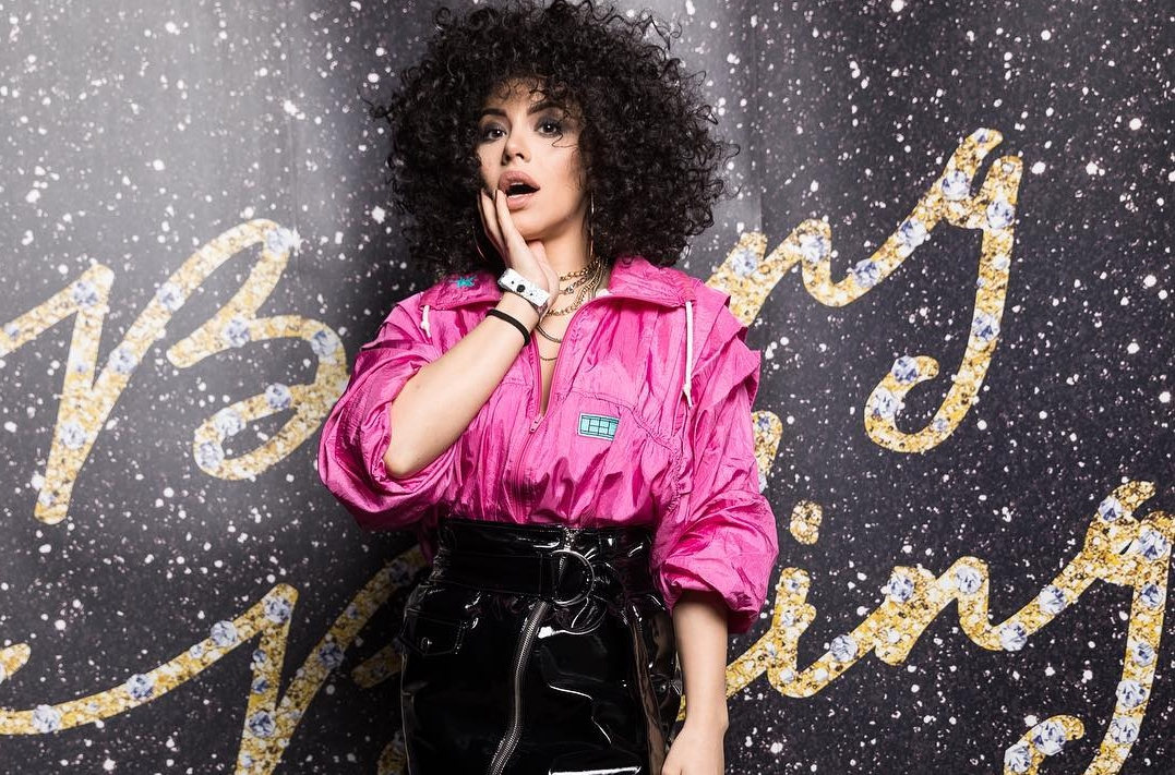 Nicoleta Nucă, rebelă sexy și colorată! Interpreta a avut o ținută de milioane la o petrecere mondenă (Foto)