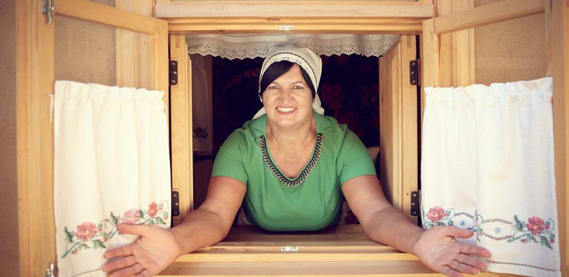 """În """"cel mai mare sat din Europa"""", o mamă singură crește o afacere profitabilă din etno-turism! """"Niciodată nu e târziu să-ți urmezi visul"""""""